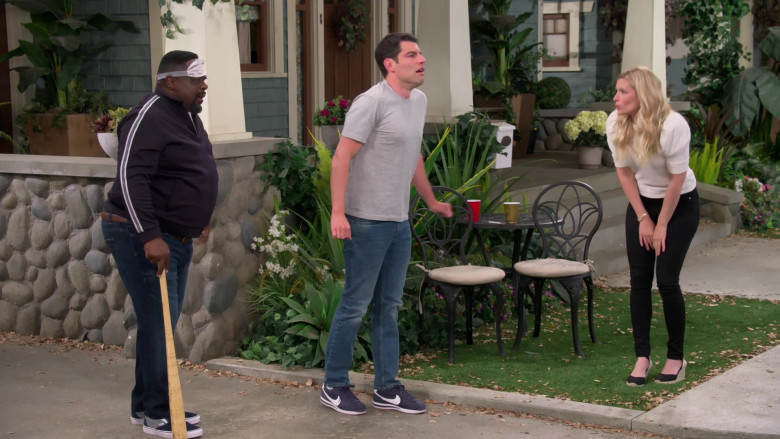 Nike Classic Cortez Blue Sneakers of Max Greenfield as Dave Johnson in The Neighborhood S03E18 Welcome to the Surprise (4)