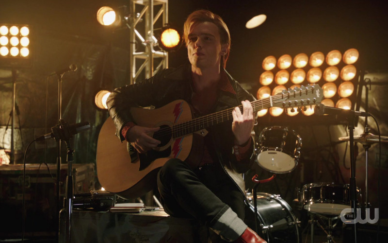 Taylor Guitar in DC's Legends of Tomorrow S06E01 Ground Control to Sara Lance (2021)