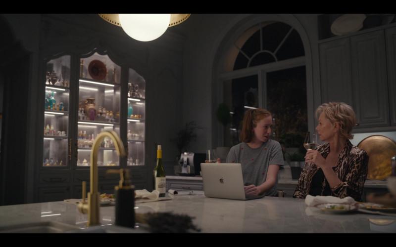 Apple MacBook Laptop Used by Hannah Einbinder as Ava Daniels in Hacks S01E08