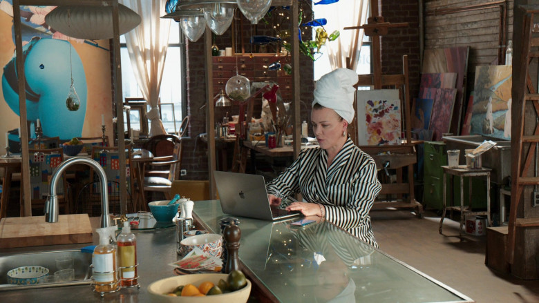 Apple MacBook Laptop of Debi Mazar as Maggie Amato in Younger S07E11 Make No Mustique (1)