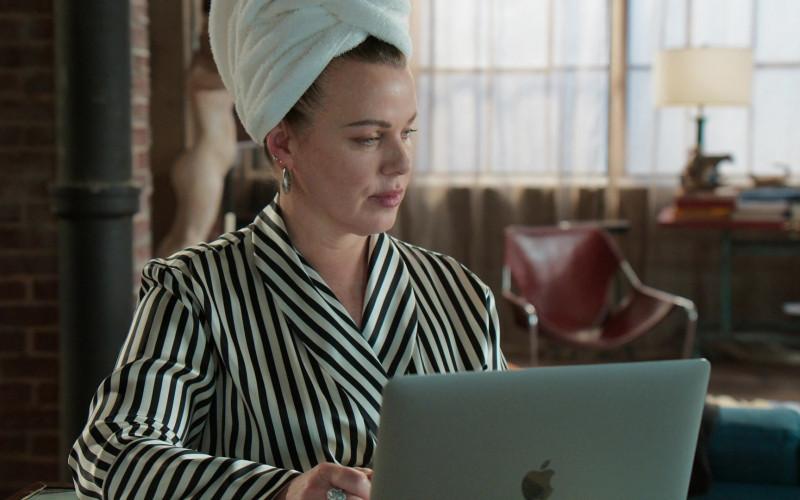 Apple MacBook Laptop of Debi Mazar as Maggie Amato in Younger S07E11 Make No Mustique (2)