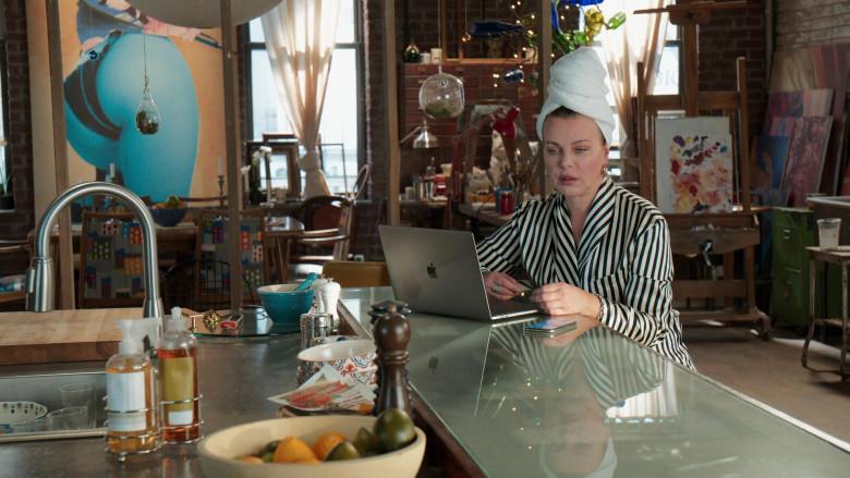 Apple MacBook Laptop of Debi Mazar as Maggie Amato in Younger S07E11 Make No Mustique (3)