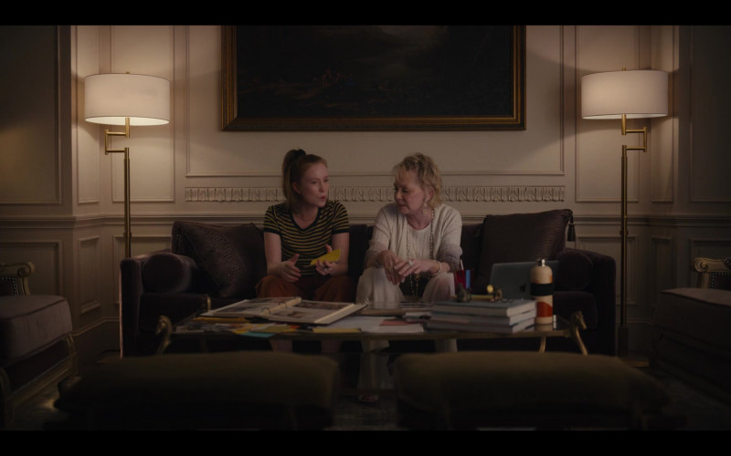 Apple MacBook Laptop of Jean Smart as Deborah Vance in Hacks S01E08 1.69 Million (2021)