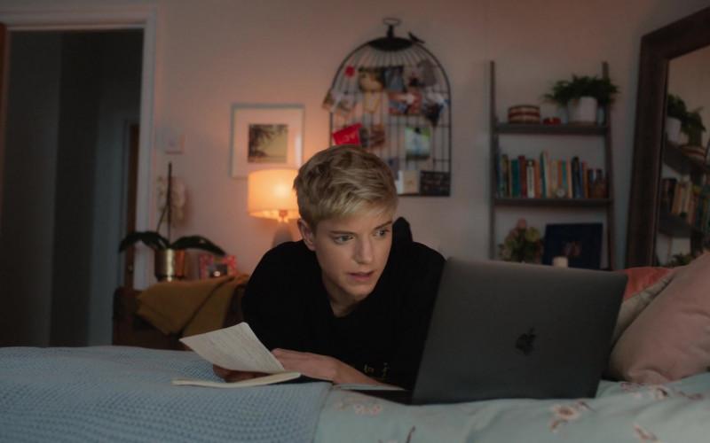 Apple MacBook Laptop of Mae Martin in Feel Good S02E03 (2021)