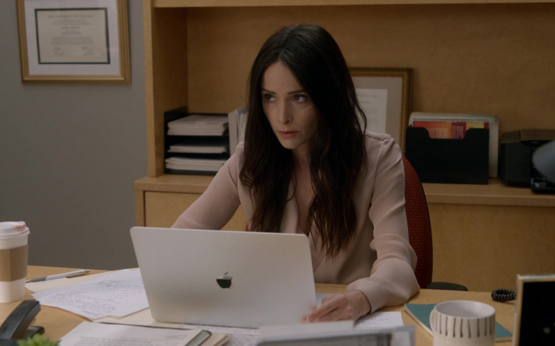 Apple MacBook Laptops in Rebel S01E10 (2)