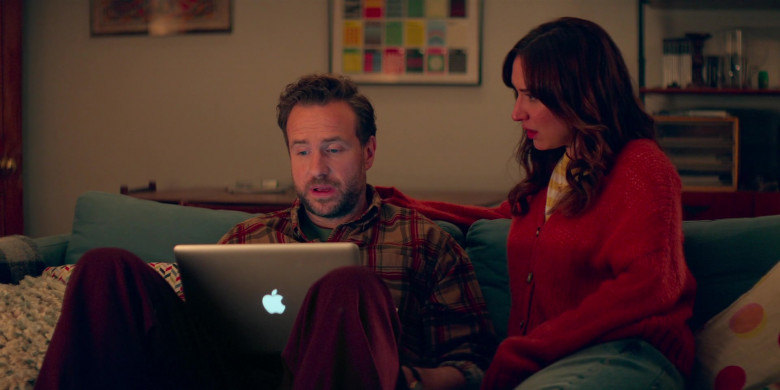 Apple MacBook Pro Laptop Used by Rafe Spall as Jason Ross & Esther Smith as Nikki Newman in Trying S02E05 (3)