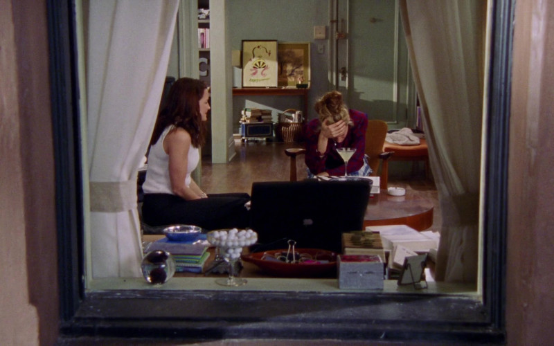 Apple PowerBook Laptop of Carrie Bradshaw (Sarah Jessica Parker) in Sex and the City S03E03 Attack of the 5'10 Woman (2000)