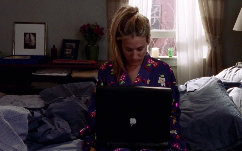Apple PowerBook Laptop of Sarah Jessica Parker as Carrie Bradshaw in Sex and the City S02E11 Evolution 1999 TV Show (2)