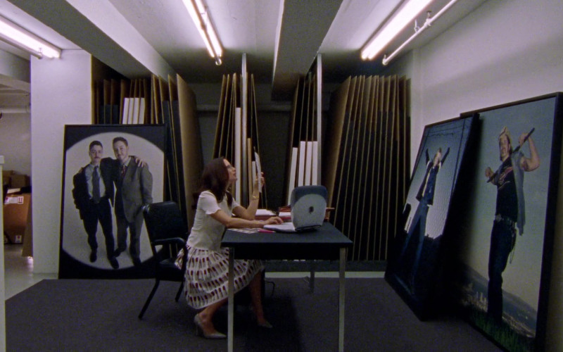 Apple iBook G3 Laptop of Kristin Davis as Charlotte York in Sex and the City S03E04 Boy, Girl, Boy, Girl… (2000)