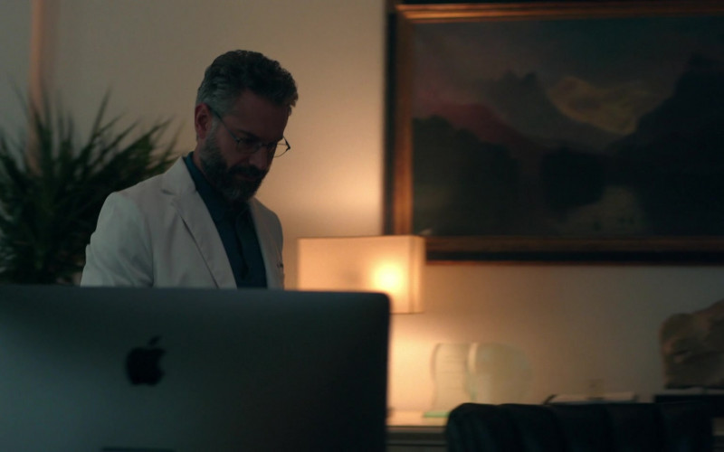 Apple iMac 27-inch Computer of Omar Metwally as Dr. Hugh Alberness in Lisey's Story E02 (2)