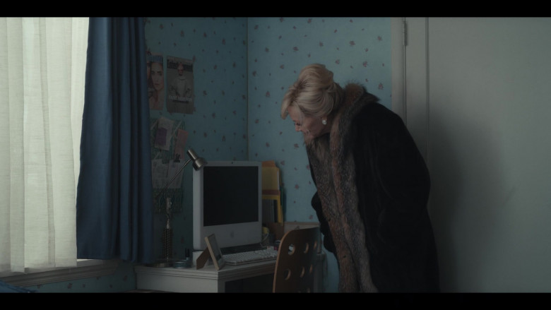 Apple iMac G5 Computer in Hacks S01E10 I Think She Will (2021)