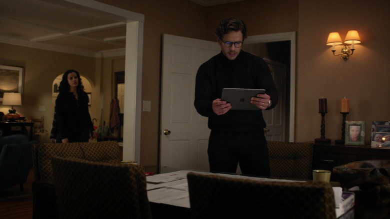Apple iPad Tablet Used by Josh Dallas as Ben Stone in Manifest S03E12 Mayday Part 1 (2021)
