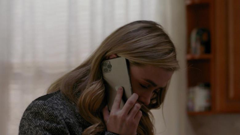 Apple iPhone Smartphone of Melissa Roxburgh as Michaela Stone in Manifest S03E11 Duty Free (2021)