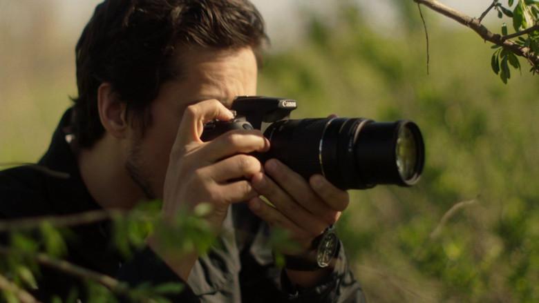 Canon Camera in Queen of the South S05E10 El Final (2021)