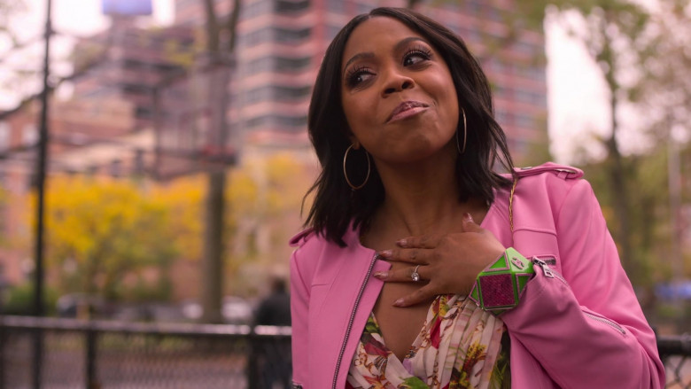 Chanel Green Bracelet of Bresha Webb as Renee Ross in Run The World S01E04 TV Show 2021 (2)