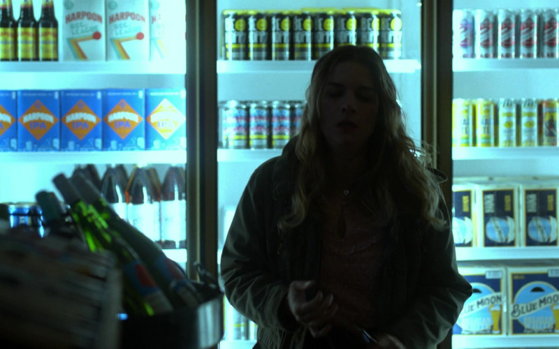 Harpoon Beer and Blue Moon Beer in Kevin Can Fk Himself S01E01 Living the Dream (2021)