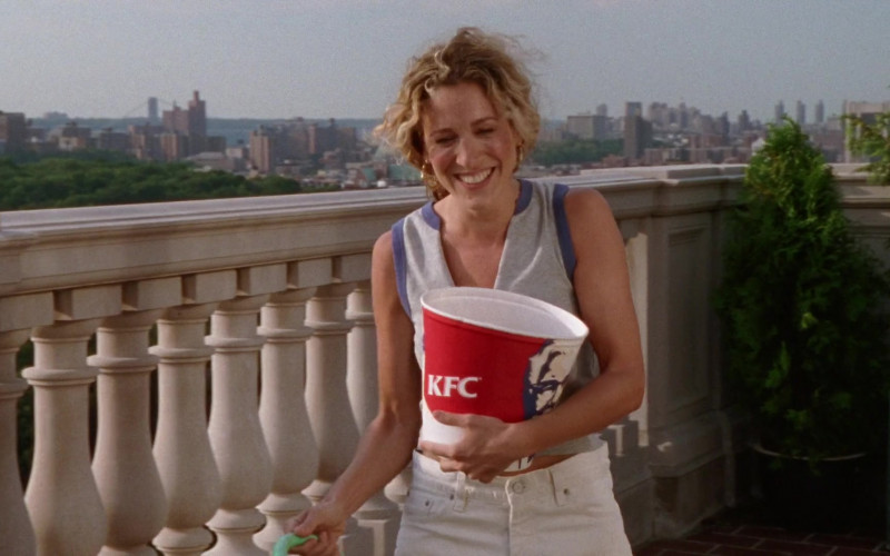 KFC Fast Food Enjoyed by Sarah Jessica Parker as Carrie Bradshaw in Sex and the City S03E15 TV Show 2000 (2)