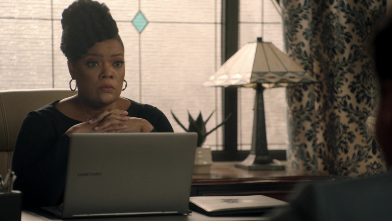 Samsung Laptop Used by Yvette Nicole Brown as Sherilyn Thomas in Big Shot S01E08 Everything to Me (2021)